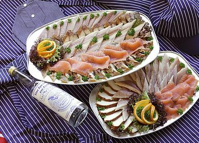2 Teller mit dekorativ angerichtetem Fischfilets