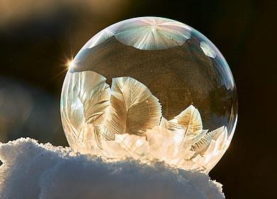 Gefrorene Seifenblase mit Raureif im Schnee