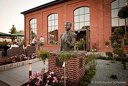 Die bronzene Büste des Großherzogs Paus Friedrich August steht im eingangsbereich vor der Eisenhütte in Augustfehn.