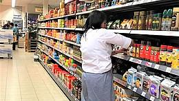 Innenaufnahme eines Supermarktes mit gefüllten Regalen.