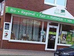 Auf dem Bild ist eine Aussenansicht vom Biomarkt in Augustfehn zu sehen.
