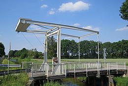 Typische Fehnbrücke aus Stahl mithölzerner Querung über dem Nordloh-Kanal